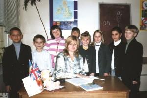 У кабінеті англійської мови. Вчитель англійської мови О.В. Татарінова з учнями школи